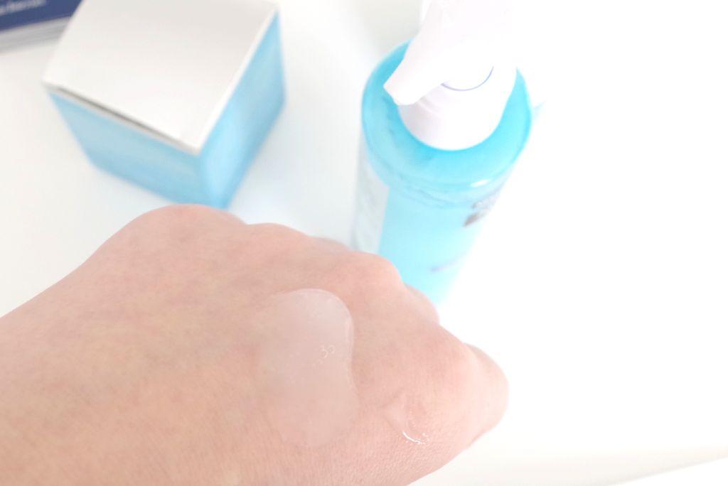 Neutrogena Hydro Boost Gelée Reinigungslotion auf meinem Handrücken - nur mäßig flüssig.